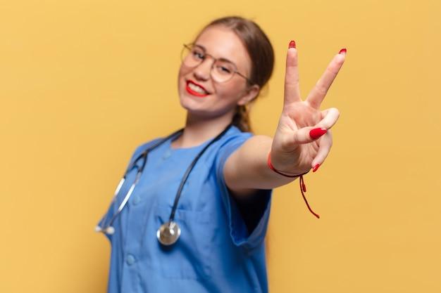 Concetto di infermiera espressione orgogliosa di giovane donna graziosa