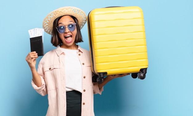 Giovane bella donna. concetto di viaggio o vacanze
