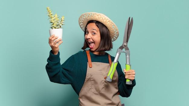 Giovane donna graziosa con un cactus. concetto di agricoltore