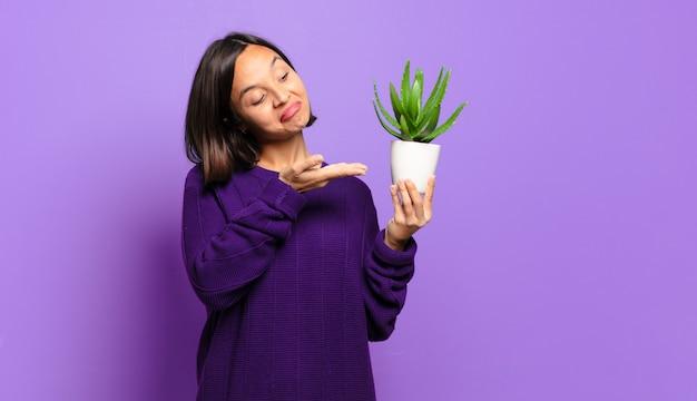Giovane bella donna con un cactus