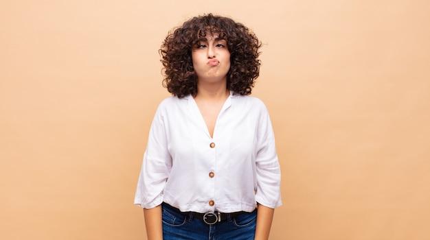 Giovane donna graziosa con i capelli ricci