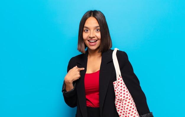 Giovane donna graziosa con una borsa di cuori