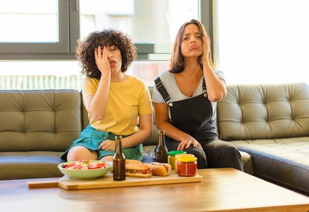 Giovani donne graziose che si sentono annoiate, frustrate e assonnate