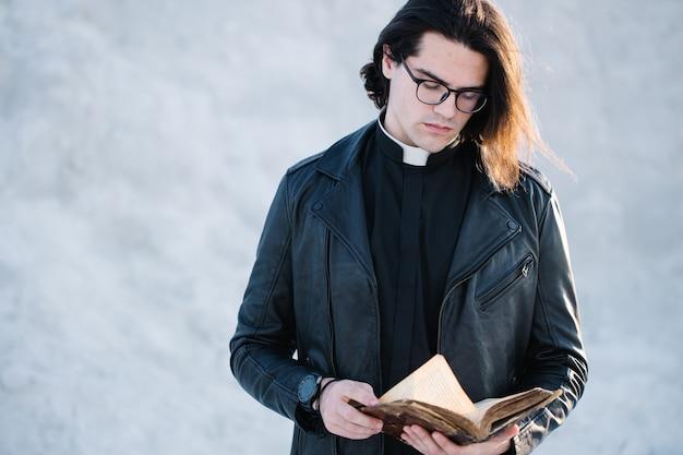 Ritratto di giovane sacerdote fuori al tramonto.