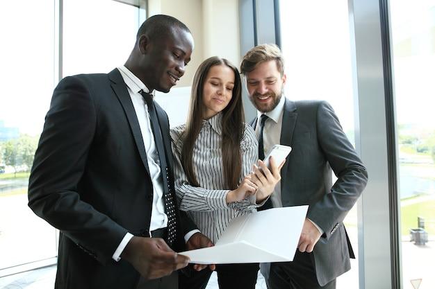 Giovani professionisti lavorano in ufficio moderno. equipaggio aziendale che lavora con l'avvio.