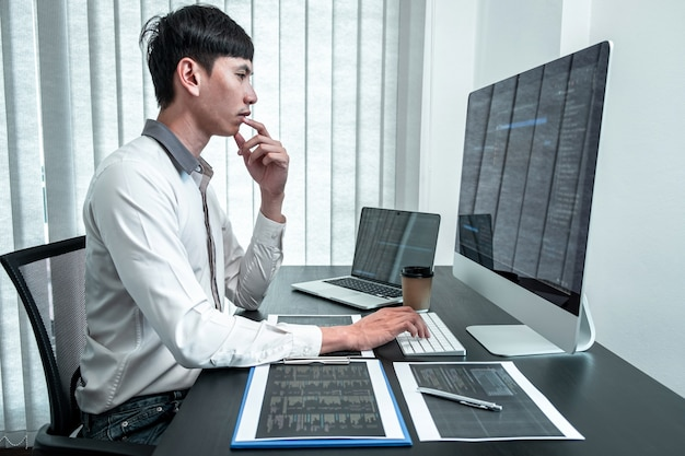 Giovane programmatore che lavora nel computer software javascript in ufficio it