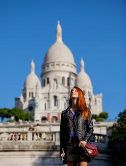 Giovane ragazza rossa vicino alla basilica del sacro cuore di parigi, francia
