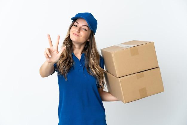 La giovane donna rumena di consegna si isola su bianco felice e conta tre con le dita