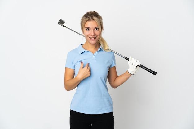 Giovane donna russa del golfista isolata su bianco con l'espressione facciale di sorpresa