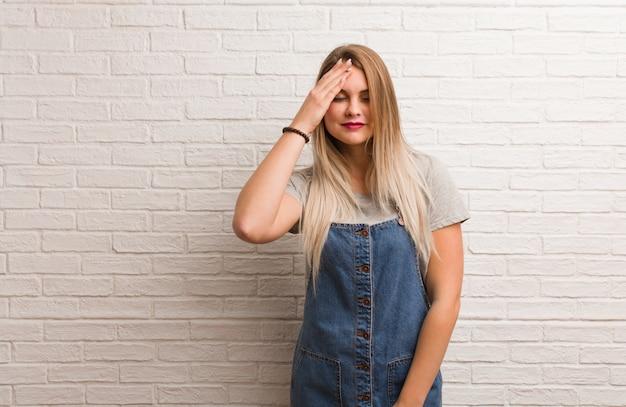La giovane donna dei pantaloni a vita bassa russa smemorata, realizza qualcosa
