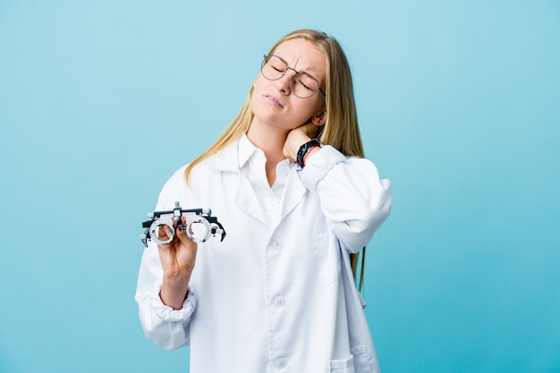 Giovane donna all'ottico optometrista russo sul dolore al collo sofferenza blu
