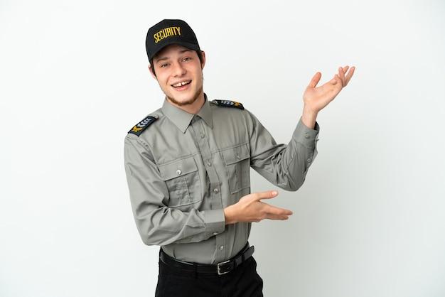 Giovane uomo di sicurezza russo isolato su sfondo bianco che allunga le mani di lato per invitare a venire