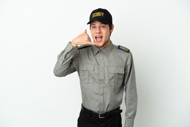 Giovane uomo di sicurezza russo isolato su sfondo bianco che fa gesto di telefono. richiamami segno