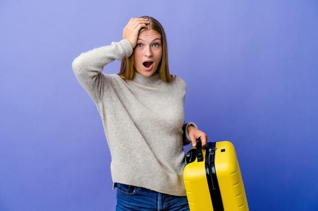 Giovane donna russa che tiene la valigia per viaggiare scioccata, ha ricordato un incontro importante Foto Premium