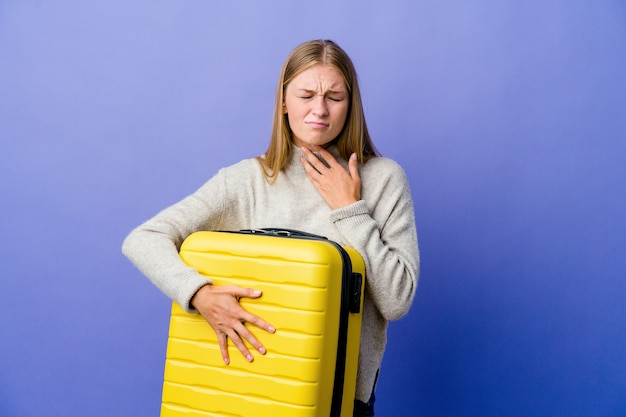 La giovane donna russa che tiene la valigia per viaggiare soffre di dolore alla gola a causa di un virus o di un'infezione.