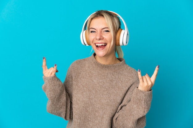 La giovane donna russa ha isolato la musica d'ascolto che fa il gesto della roccia