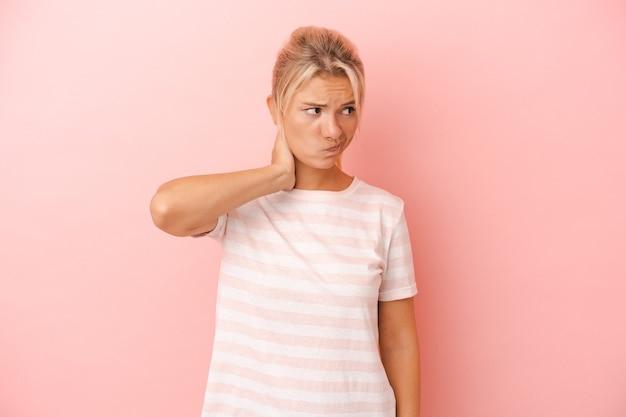Giovane donna russa isolata su sfondo rosa toccando la parte posteriore della testa, pensando e facendo una scelta.