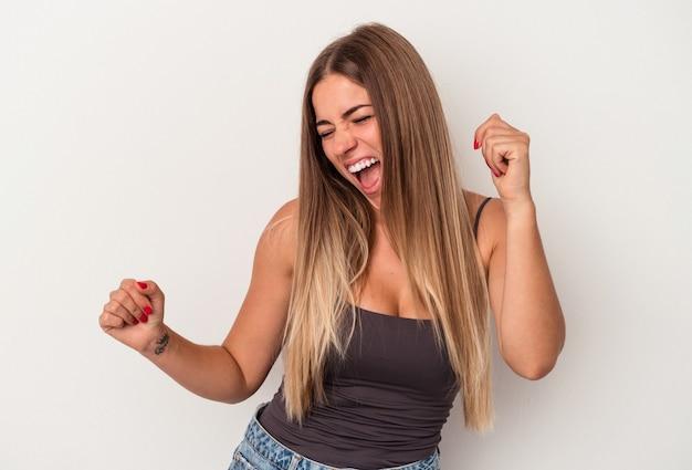 Giovane donna russa isolata su sfondo bianco ballare e divertirsi.