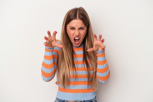 Giovane donna russa isolata su sfondo bianco che mostra artigli che imitano un gatto, gesto aggressivo.