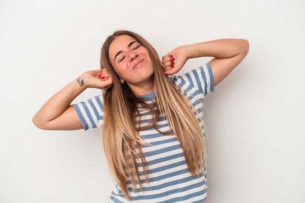 Giovane donna russa isolata su sfondo bianco sconvolto urlando con le mani tese.