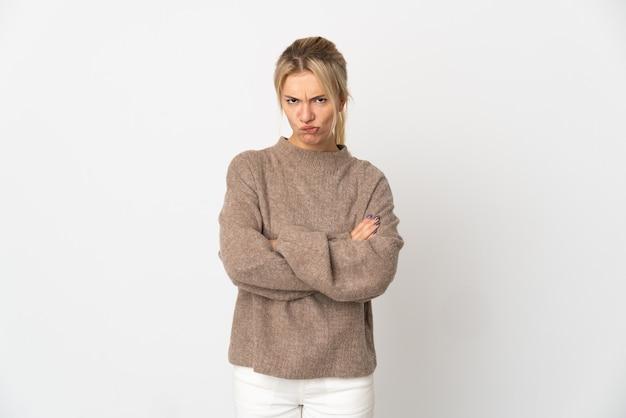 Giovane donna russa isolata sulla sensazione bianca sconvolta