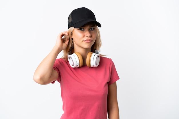 Musica d'ascolto della giovane donna russa isolata su priorità bassa bianca che ha dubbi Foto Premium