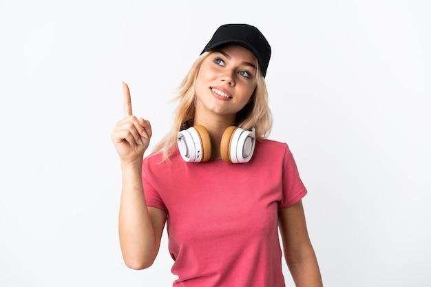 Musica d'ascolto della giovane donna russa isolata su bianco che indica su una grande idea