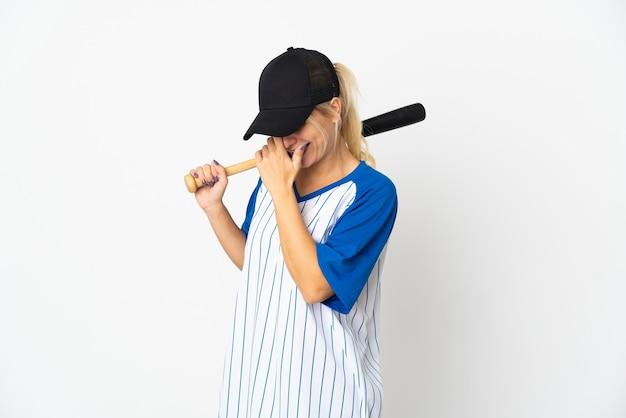 Giovane donna russa a giocare a baseball isolato su sfondo bianco ridendo