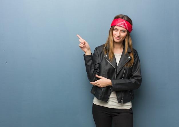 Giovane donna russa che punta a lato con il dito