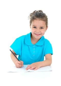 Una giovane studentessa facendo i compiti