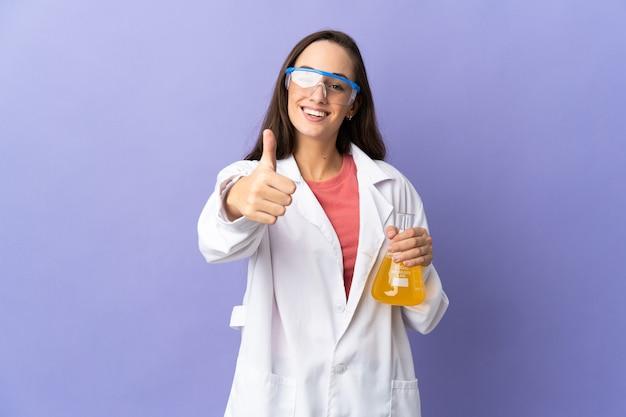 Giovane donna scientifica su sfondo isolato con i pollici in su perché è successo qualcosa di buono
