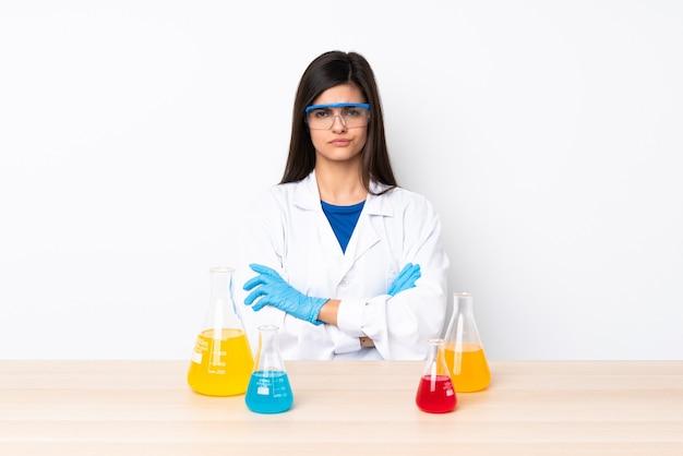 Giovane donna scientifica in una tabella che si sente sconvolta