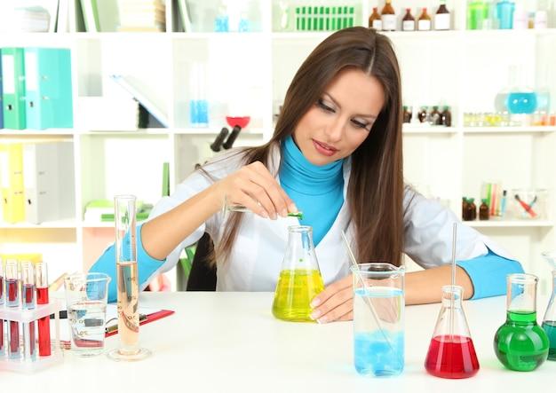 Giovane scienziato in laboratorio