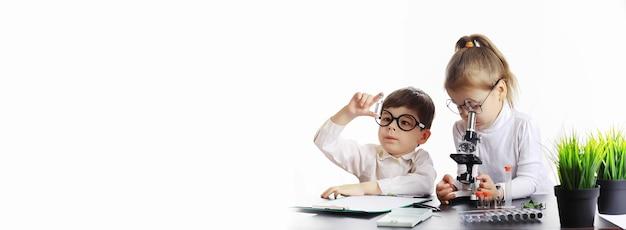 Giovani scienziati chimici. orientamento professionale per bambini. scelta della professione. medico, assistente di laboratorio, chimico.