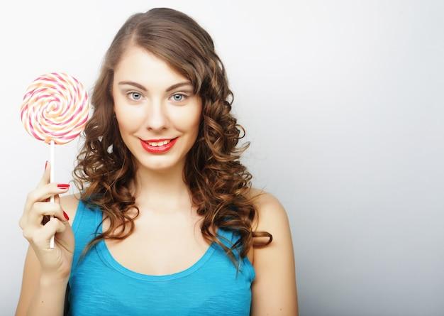 Giovane donna sessuale con lecca-lecca. stile di vita.