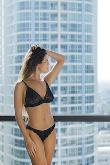 Giovane donna sexy in lingerie nera