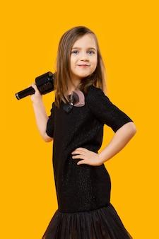 Giovane cantante con microfono senza fili