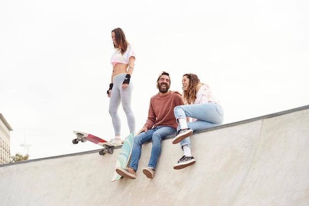 Giovani pattinatori allo skatepark