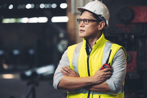Giovane operaio di fabbrica abile o ingegnere vicino ritratto in fabbrica