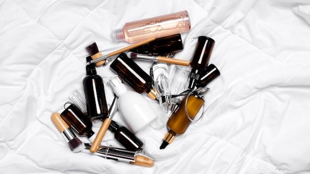 Giovane concetto di cura della pelle. trattamento viso antietà e massaggio estetico.