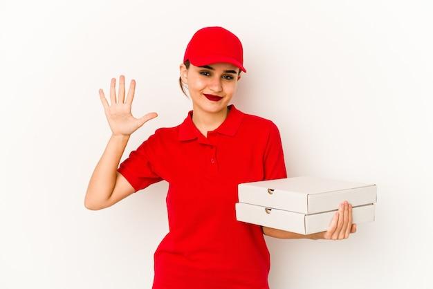 Giovane ragazza magra delle consegne di pizza araba che mantiene un segreto o chiede il silenzio.