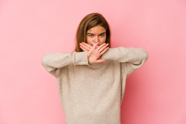 Ragazza giovane adolescente caucasica magra che fa un gesto di diniego