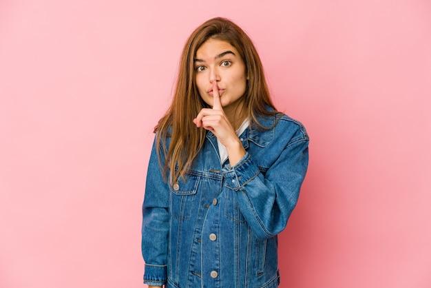 Giovane ragazza adolescente caucasica magra mantenendo un segreto o chiedendo il silenzio.