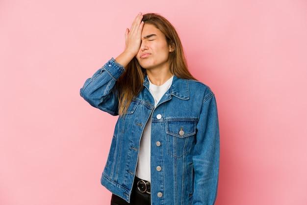 Giovane ragazza adolescente magra dimentica qualcosa, schiaffeggiando la fronte con il palmo e chiudendo gli occhi
