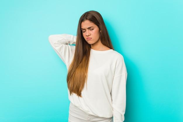 Giovane donna sottile che soffre di dolore al collo a causa dello stile di vita sedentario.