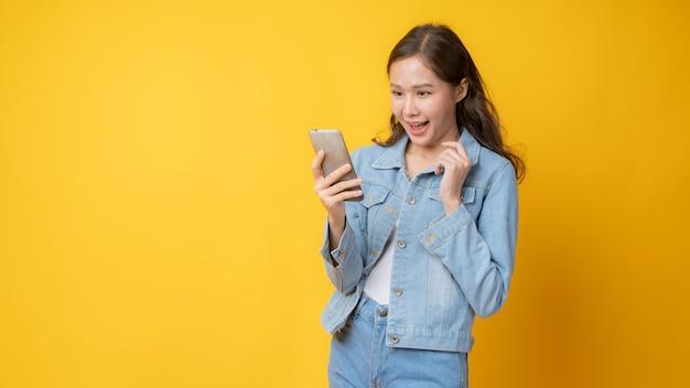 Giovane donna sorridente utilizzando smartphone