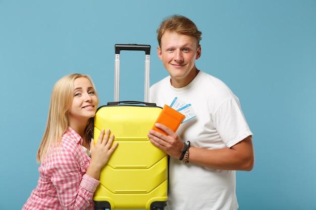 Giovane coppia sorridente due amici ragazzo e donna in posa di magliette rosa bianche