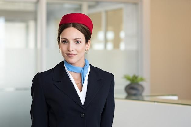 Giovane assistente di volo sorridente