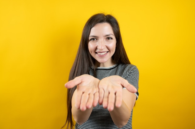 La giovane ragazza sorridente allunga i suoi palmi.