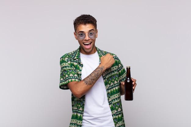 Giovane uomo sudamericano che si sente felice, positivo e di successo, motivato quando affronta una sfida o celebra buoni risultati